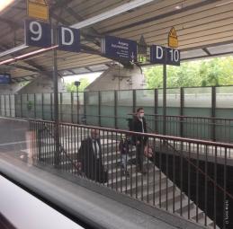エアフルト中央駅のホームでも、マスク着用率は100%でした
