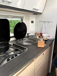 キッチンの様子。鍋や食器類は設備されていましたが、食料や調味料、写真内コーヒーミル等は持参です。 @tomogermany